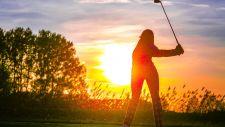 Golfen bei Sonnenuntergang am 18-Loch-Championship-Golfplatz in Bad Bük