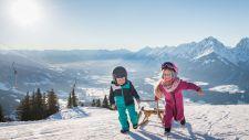Kinder beim Rodeln in den Bergen (c) Angélica Morales (TVB Silberregion Karwendel)