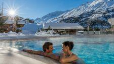 Pärchen genießt Outdoorpool im Winter (c) Alexander Maria Lohmann (Alpen-Wellness Resort Hochfirst)