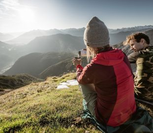 Pärchen genießt ein Heißgetränk hoch in den Bergen (c) Rudi Wyhlidal (Imst)