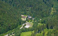Das Landhotel Post Ebensee von oben mit Umgebung