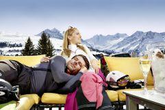 Entspannen auf der großen Bergliebe Lifestyle Sonnenterrasse (MY ALPENWELT RESORT)