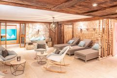 Gemütliche Sitz- und Liegemöglichkeiten im Wellnessbereich (c) Patrick vom Berg (Parkhotel Burgmühle)