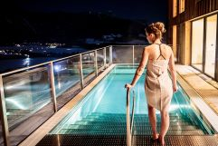 Abendliche Entspannung im Outdoorpool des Berg Resorts Hauser Kaibling (Alps Residence)