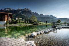 Abkühlung im Naturbadesee im Sommer (c) Peter Kuehnl (PURADIES Hotel & Chalets)