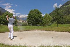 Abschlag auf dem Golfplatz im Sommer (c) Bernhard Sulzer (Sport & Wellness Resort Quellenhof)
