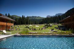 Abtauchen vor herrlichem Bergpanorama im Outdoorschwimmbad (Tirler- Dolomites Living Hotel)