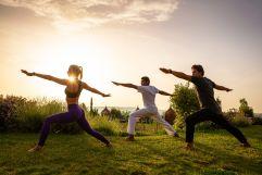 Aktiv Yoga im Garten (c) Bernhard Bergmann (Hotel Larimar)