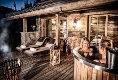Alm-Spa mit Hot Tub auf der Terrasse im Alpen Luxury Lodge (Bergdorf Prechtlgut)