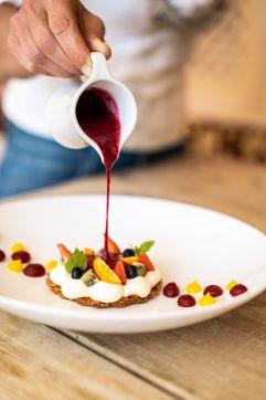Anrichten eines Desserts (c) Daniel Demichiel (Hotel Sun Valley)