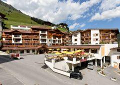 Ansicht auf das Hotel im Sommer (Hotel Klausnerhof)