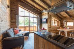 Ansicht auf Küche und Wohnraum in der Ferienwohnung s´huimelèg (c) www.studiowaelder.com (Alpzitt Chalets)
