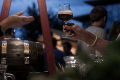 Anstoßen beim Olanger Bierleben bei Dämmerung (c) Manuel Schneider (Olang)