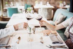 Anstoßen mit Wein im Hotelrestaurant (c) Aileen Melucci (Wellnesshotel Walserhof - Kleinwalsertal Hotels)