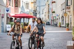 Auf den Fahrrädern durch die Schwazer Altstadt (c) Angélica Morales (Silberregion Karwendel)