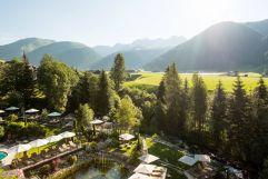Ausblick auf den Vitalpark und die Berge (Hotel Quelle Nature Spa Resort)