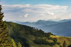 Ausblick der Kollers Alm auf die Berglandschaft (KOLLERs Hotel)
