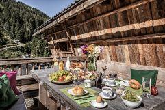Ausgedehntes Frühstück auf der Sonnenterrasse (Bergdorf Prechtlgut)