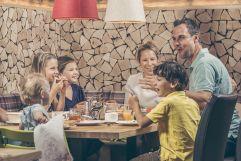 Ausgelassene Stimmung beim Familienessen (c) Jan Hanser mood photography (alpina zillertal)