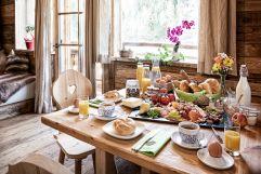 Ausgiebiges Frühstück im eigenen Chalet (c) Prechtlgut