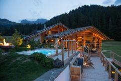 Außenanlage des Curasoa SPAs im Sommer (Tirler-Dolomites Living Hotel)