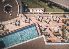 Außenanlage mit Outdoor-Pool aus der Vogelperspektive (c) Manuel Kottersteger (Wellnessresort Amonti & Lunaris)