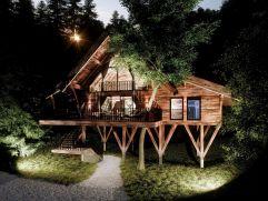 Aussenansicht Baumhaus in Abenddämmerung (Wanderhotel Gassner)