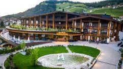 Aussenansicht des Hotels im Sommer (Hotel Granbaita Dolomites)