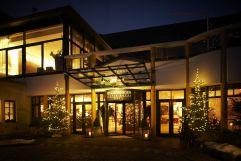 Aussenansicht des Steigenberger Hotels im Advent (Winzerhotels)