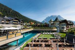 Außenansicht im Sommer (Alpenrose - Familux Resort)