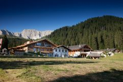 Außenansicht im Sommer (Tirler-Dolomites Living Hotel)