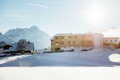 Außenansicht im Winter (c) Andy Mayr (Genuss & Aktivhotel Sonnenburg - Kleinwalsertalhotels)