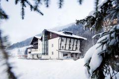 Aussenansicht im Winter (VALLUGA Hotel)
