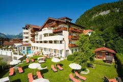 Aussenansicht mit Liegewiese Hotel Alpina
