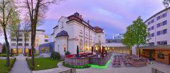 Außenansicht mit Ost-Westflügel und historisches Offizierscasino (Hotel Asam)