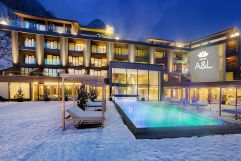 Außenansicht mit Pool im Winter (c) Wellnessresort Amonti & Lunaris