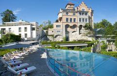Aussenansicht mit Pool (Schloss Mönchstein)