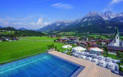Außenansicht mit Pool und Sitzmöglichkeiten im Hotel Kaiserblick (c) Markus Auer