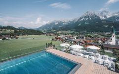 Außenansicht mit Pool und Sitzmöglichkeiten (c) Markus Auer (Hotel Kaiserblick)