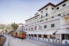 Aussenansicht mit vorbeifahrendem Zug (Hotel Espléndido)