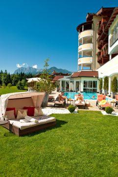 Aussenbereich Pool Hochformat Hotel Alpina