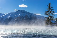 Aussenpool mit Blick auf die Berge im Winter (NIDUM)