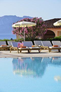 Außenpool mit Liegemöglichkeiten (c) Andrea Getuli (VOI Hotels)