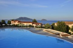 Außenpool mit Panoramaausblick (c) Andrea Getuli (VOI Hotels)