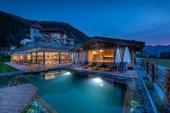 Außensauna und Schwimmteich bei Nacht (Alpinhotel Berghaus)