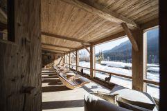 Aussicht vom Ruheraum Herzlalm in die schneebedeckte Landschaft (c) Alex Filz (Alpthotel Tyrol)