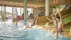 Badespaß auf der Wasserrutsche im Woody's (alpina zillertal)