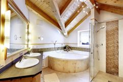 Badezimmer der Suite Deluxe Edelweiss (Biohotel Castello Königsleiten)
