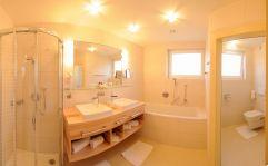 Badezimmer der Suite Trias (KOLLERs Hotel)