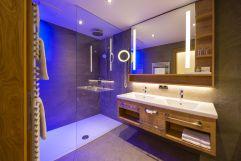 Badezimmer im Original Bergkristall de luxe Suite Design (c) Silvia Weiss (Hotel Alpenhof)